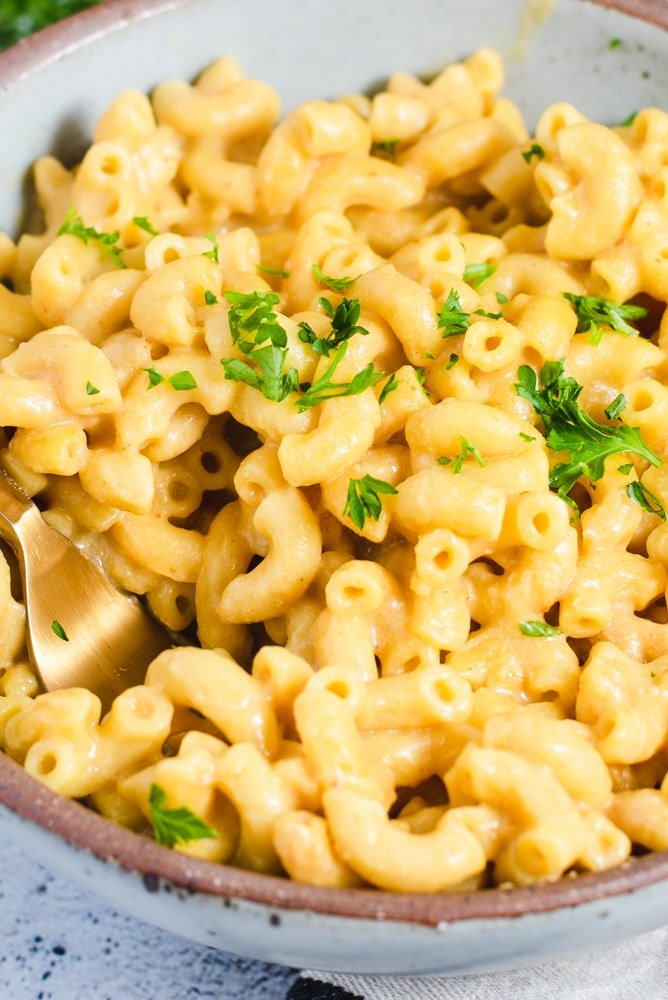 Close up texture of macaroni and cheese made with elbow pasta