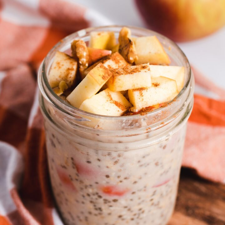 Pint ball jar filled with oats and apple slices